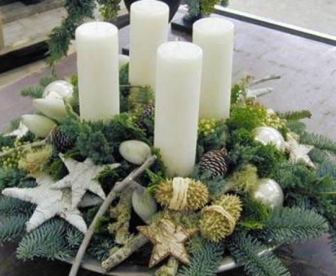 Фото или картинки украшенных новогодних еловых веточек